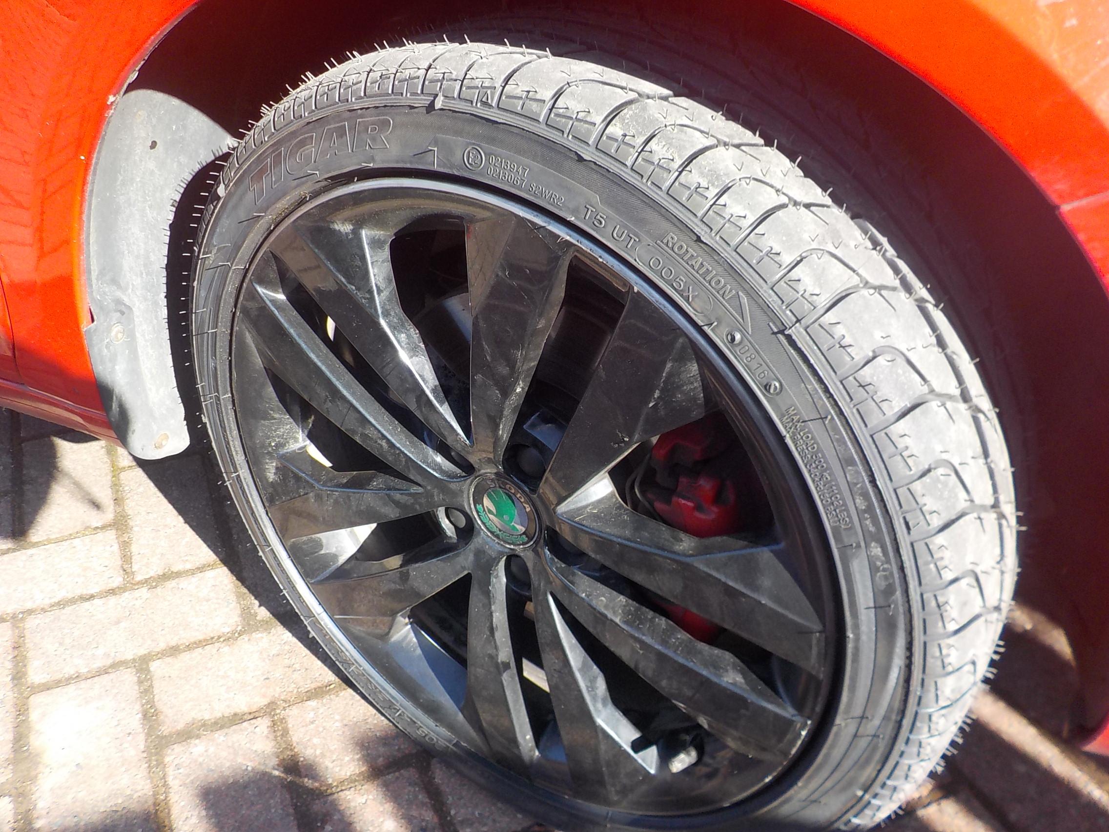 totally unscientific winter tyre test tyres zone briskoda. Black Bedroom Furniture Sets. Home Design Ideas